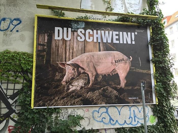 Du Schwein - dadaistische Intervention im öffentlichen Raum